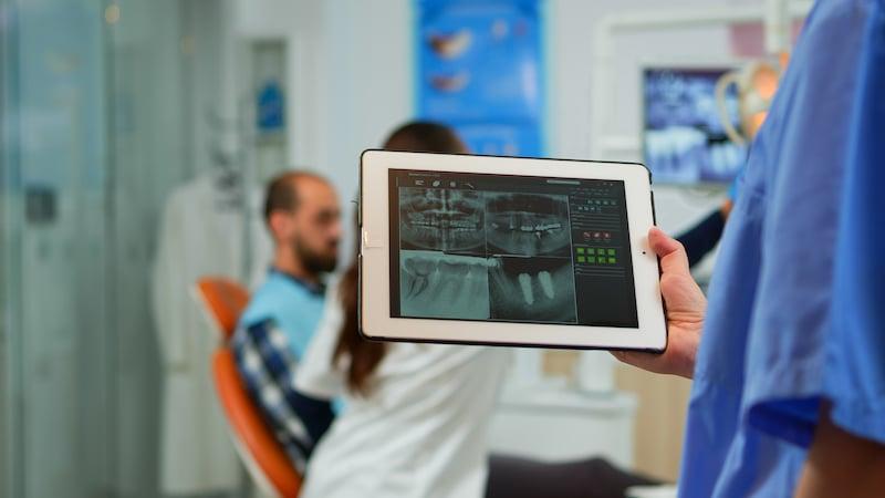 close-up-dentist-nurse-holding-tablet-with-digital-AURSPYP